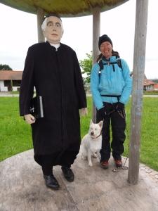 Arco ist skeptisch gegenüber Vater Kneipp: von Wasser hält er halt nicht viel.