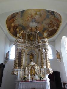 Barockpracht im Kirchlein von Rechtis.
