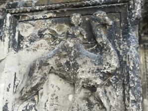 ... und der Vogel Strauß am Portal der Kathedrale von Sens.